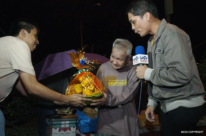 An old man living on the streets receive a gift of love from MCGI on New Year's Eve 2012.