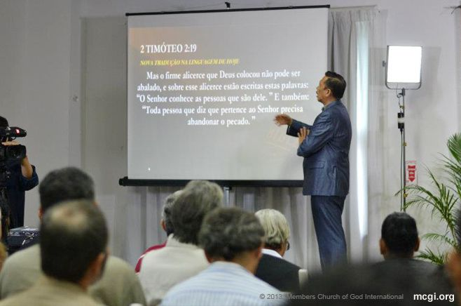 International Evangelist Bro. Eliseo Soriano breaks language barriers by reading a verse in Portuguese during one of his Bible Expositions in South America.