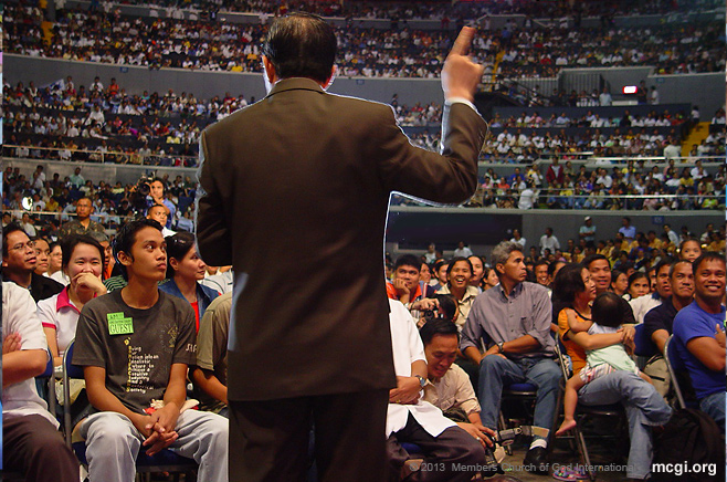 Bro. Eliseo Soriano answering queries of faith in a Worldwide Bible Exposition at the Smart-Araneta Coliseum in Quezon City, Philippines.