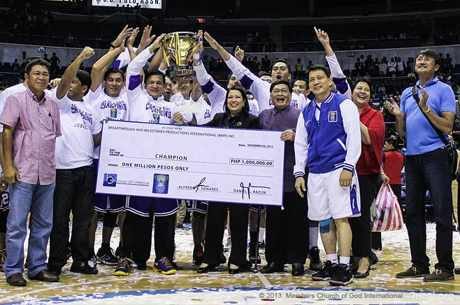 Justice wins! Team Judiciary with UNTV VP of Administration Mr. Gerry Panghulan, CJ Maria Lourdes Sereno (middle), Dr. Larry Henares Jr. with Ms. Juno Henares (right), Kuya Daniel Razon (right), and PBA MVP Atoy Co (far right). (Photo by Prince Marquez, Photoville International).
