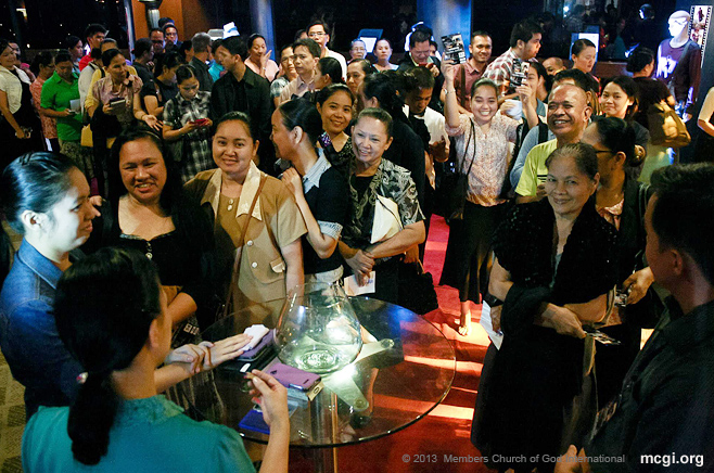 Coming from far provinces such as Ilocos and countries like Singapore and London, members of the Church of God International came to see Bro. Daniel Razon and his latest charity-indie, Isang Araw, on November 28, 2013 at the Sofitel Plaza.