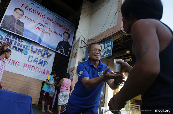 MCGI members and UNTV staff conducting a feeding program that started on November 15, 2013 for Yolanda Survivors in Tacloban, Leyte. (Photo by  Photoville International)