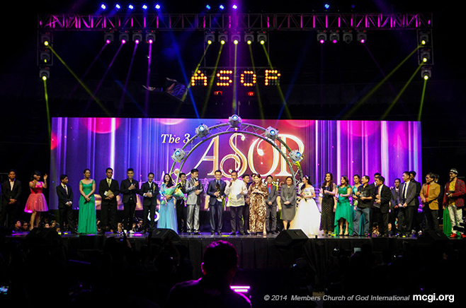 All the composers and interpreters with ASOP creator Dr. Daniel Razon of UNTV during the awarding ceremony of the ASOP Grand Finals Year 3 at the Smart-Araneta Coliseum on September 23, 2014. (Photo courtesy of PVI)