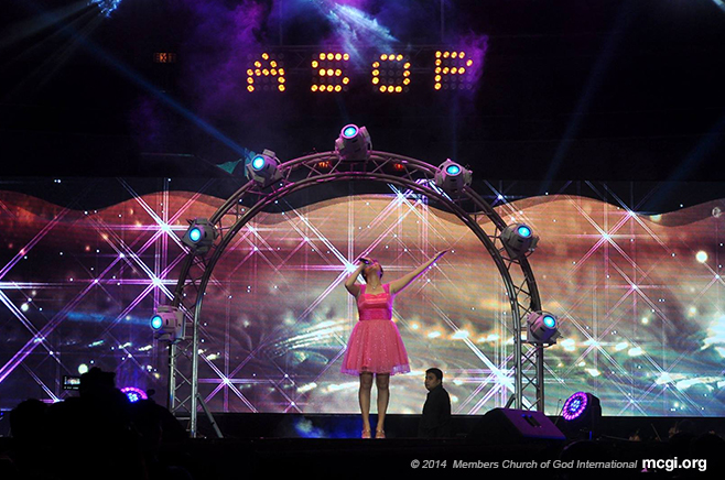 "Jessa Mae Gabon singing ""Kislap"" (Shimmer) during the ASOP Year 3 Grand Finals at the Smart-Araneta Coliseum on September 23, 2014. (Photo courtesy of Photoville International)"