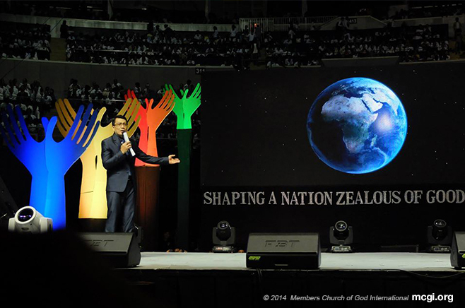Bro. Daniel Razon speaking at the Smart-Araneta Coliseum on the 34th Anniversary of Ang Dating Daan or The Old Path. (Photo courtesy of PVI)