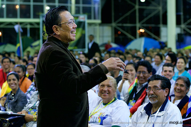 Bro. Eli Soriano brings smiles amongst the crowd that came from different parts of the world for the thanksgiving and to greet the Overall Servant in his 51st year of service to the Lord. (Photo courtesy of Photoville International)