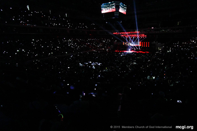 Mobile gadgets lit up the SM Mall of Asia Arena in Manila as the audience sang along Noel Cabangon's hit, Kanlungan. (Photo courtesy of Photoville International)