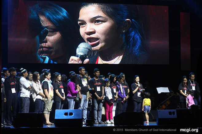 Erica Pabalinas, wife of the fallen Senior Inspector Ryan Pabalinas, thanks the organizers of thhe Songs for Heroes Benefit Concert at the SM Mall of Asia (MOA) Arena, Pasay City, Philippines on 19 March 2015. (Photo courtesy of Photoville International)