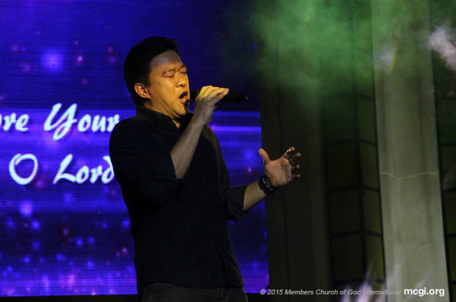 "Frank Packing croons a song entry from Singapore titled, ""I Will Hold On,"" by Bro. Jude Abarca. (Photo courtesy of Photoville international)"