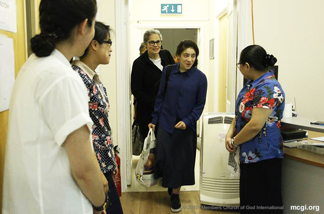 MCGI brethren in London welcome arriving congregants of the International Thanksgiving to God last July 3-5, 2015. (Photo courtesy of Photoville International)