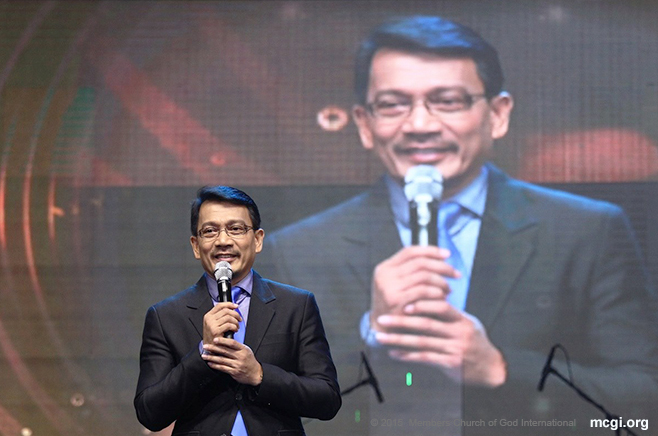 UNTV CEO Kuya Daniel Razon stands before a Smart-Araneta Coliseum brimming with people during the ASOP Year 4 Grand Finals on October 13, 2015. (Photo courtesy of Photoville International)