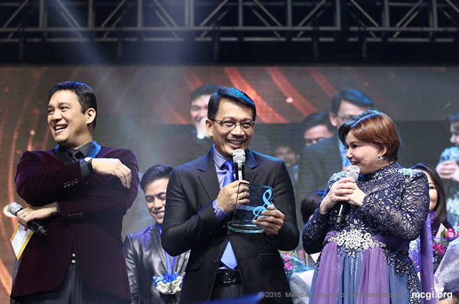 Kuya Daniel Razon (center) and ASOP Hosts Richard Reynoso and Tony Rose Gayda sharing a candid moment on stage. The comedic chemistry of Reynoso and Gayda serve as tension-breaker before winners are announced. (Photo courtesy of Photoville International)