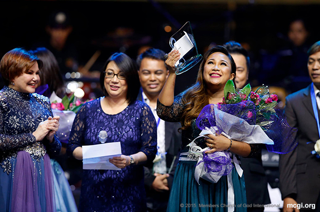 Leah Patricio raises her award in gratitude to the One above. She was hailed as the Best Interpreter of ASOP Year 4's Grand Finals. (Photo courtesy of Photoville International)