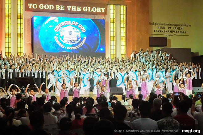 The Teatro Kristiano and Music Ministry lead the congregation in the offering of songs for thanksgiving to the Almighty. (Photo courtesy of Photoville International)