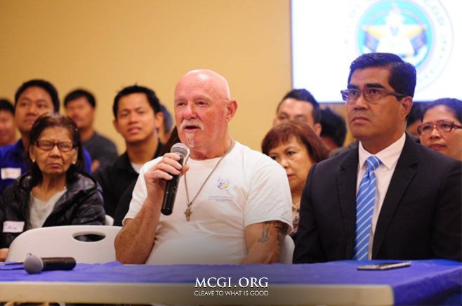 A visitor from Melbourne, Australia asks a question of faith to MCGI Overall Servant and Bible Exposition host Bro. Eli Soriano during the live English Bible Exposition on January 31, 2016. (Photo courtesy of Photoville International)
