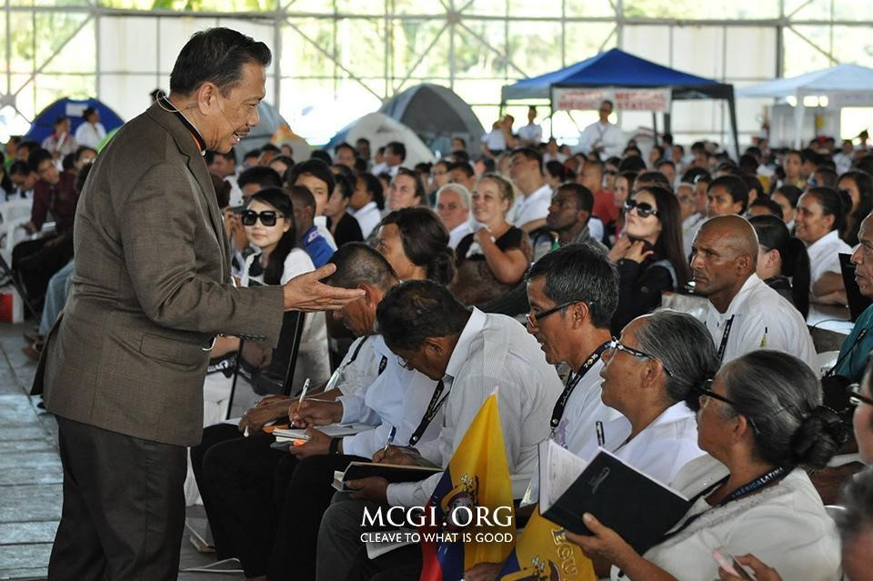 Bro. Eliseo Soriano amidst brethren who have come from different countries to hear the topics and see him in person. (Photo provided by Photoville International)